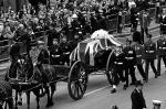 В Лондоне прошла торжественная церемония похорон бывшего премьер-министра Великобритании Маргарет Тэтчер. Впервые после похорон Уинстона Черчилля в 1965 году на церемонии прощания с британским политиком присутствовала королева