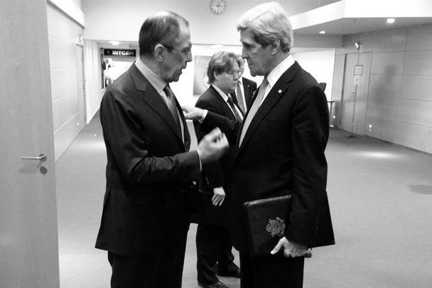 Главы внешнеполитических ведомств России и США Сергей Лавров и Джон Керри провели первую встречу. Сразу после нее дипломатов сфотографировали продолжающими оживленную беседу в коридоре Госдепа