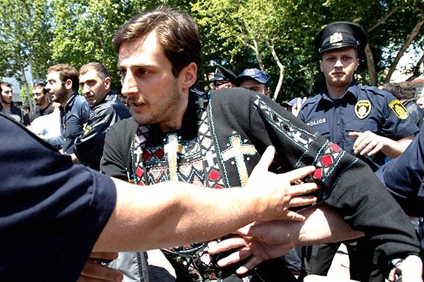 Гей-парад в Тбилиси сорвали крапивой и иконами