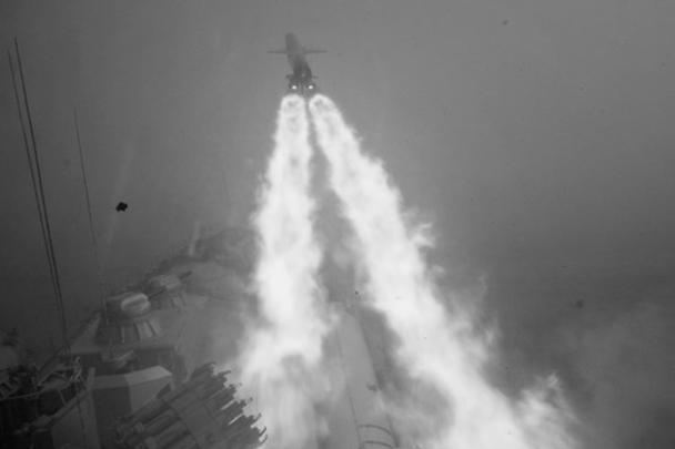 """Флагман межфлотского отряда кораблей ВМФ России ракетный крейсер """"Москва"""" выполнил в Атлантическом океане ракетную стрельбу главным комплексом по имитатору надводной цели. Мишень была поражена крылатой ракетой"""