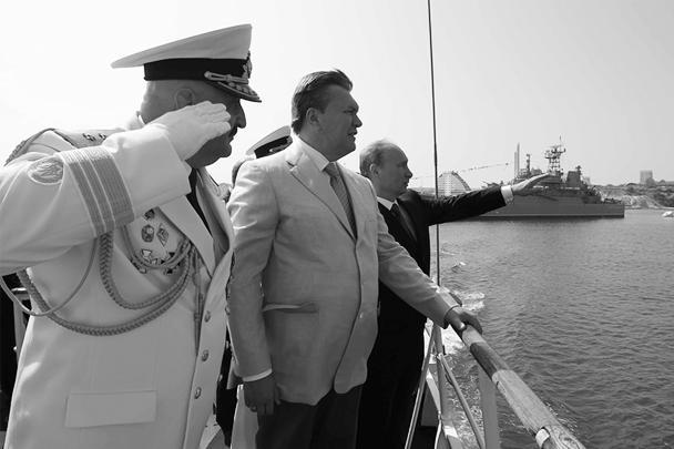 В Севастополе лидеры России и Украины Владимир Путин и Виктор Янукович в воскресенье вместе присутствовали на главном военно-морском параде, поздравляли с праздником моряков обеих стран, а также принимали участие в освящении самого большого колокола Украины