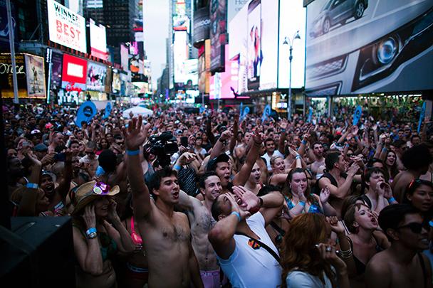Толпы голых нудистов порно фото Нам