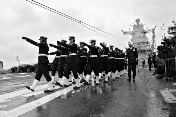 """Торжественная церемония передачи ВМС Индии авианосца """"Викрамадитья"""" прошла на судостроительном заводе """"Севмаш"""". Реконструкция бывшего крейсера """"Адмирал Горшков"""", длившаяся почти 10 лет, наконец закончена, корабль отправляется в порт приписки"""