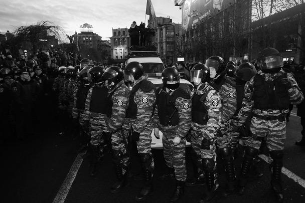 В центре Киева милиция разогнала митинг в поддержку евроинтеграции. Очевидцы утверждают, что бойцы спецподразделения «Беркут», которые вытесняли протестующих с площади, применяли дубинки и звукошумовые гранаты. Десятки пострадали. МВД и прокуратура создали группу для расследования действий правоохранительных органов