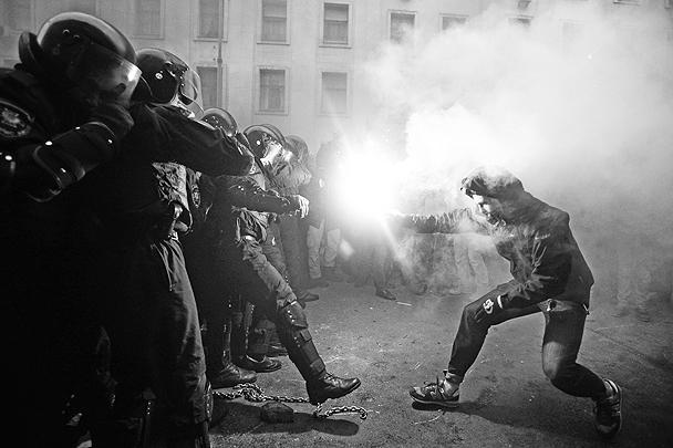 Беспорядками и столкновениями с милицией закончилась попытка митингующих за евроинтеграцию Украины взять штурмом здание администрации президента страны в Киеве. В ходе столкновений пострадали около 150 сотрудников правоохранительных сил