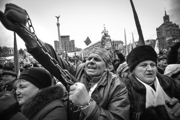 Около 50 тысяч – по оценкам украинской милиции (и в разы больше – по данным оппозиции) человек пришли в воскресенье в центр Киева на так называемое народное вече. Участники евромайдана выстроили баррикады и установили палатки в районе правительственного квартала, а дочь Тимошенко озвучила им план матери по смене власти в стране