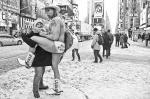 Уличный актер Роберт Берк, также известный как Голый Ковбой, позирует с женщиной после снегопада. Несмотря на мороз, он, как обычно, в одних трусах появился на Таймс-Сквер в Нью-Йорке. Голый Ковбой (Naked Cowboy) уже много лет является живой достопримечательностью Таймс-Сквер. С 1998-го в любую погоду  365 дней в году он играет на гитаре, поет и фотографируется с туристами в своем фирменном наряде: ковбойских сапогах, стенсонской шляпе и белых трусах.  Уличный артист утверждает, что только на чаевых зарабатывает до 150 000 долларов в год