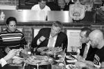 Новый мэр Нью-Йорка Билл де Блазио стал объектом насмешек блогеров. На фотографиях, сделанных в одном из кафе города, видно, что политик не ест пиццу, как это принято у ньюйоркцев, руками, а пользуется ножом и вилкой