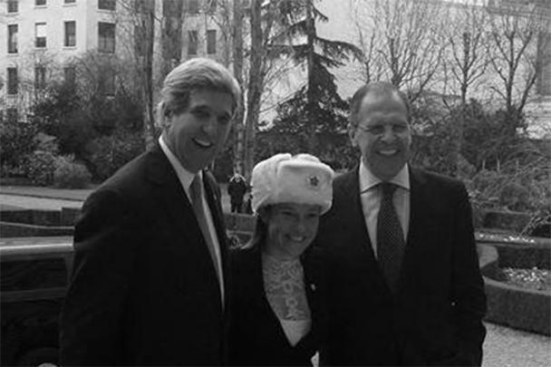 Российская делегация вручила официальному представителю Госдепа Дженнифер Псаки розовую шапку-ушанку. Так дипломаты ответили на подарок госсекретаря Джона Керри, который на переговорах в Париже с российским коллегой Сергеем Лавровым подарил ему две большие картофелины