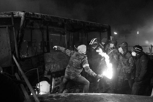 «Народное вече» в Киеве переросло в новые массовые беспорядки. Протестующие начали поджигать милицейские машины, в ходе столкновений пострадали десятки сотрудников правоохранительных сил