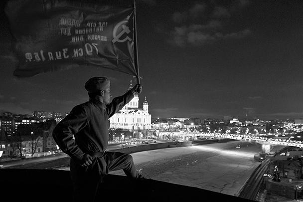 Ответственность за акцию, приуроченную к 70-летнему юбилею освобождения Ленинграда, взяла на себя некая «группа патриотов». Инициаторы водружения красного знамени объяснили свои действия тем, что их возмутила формулировка опроса на сайте «Дождя» о том, что «сдача врагу Ленинграда могла якобы спасти сотни тысяч жизней»