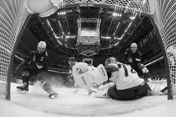 Сборная России по хоккею в субботу в дополнительное время проиграла США. Посмотреть на игру пришли президент России Владимир Путин, который перед началом матча выразил надежду на победу, и премьер Дмитрий Медведев. По ходу игры двумя голами отличился Сергей Дацюк