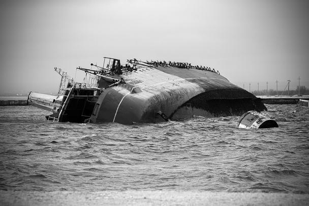 Стоявший в отстое корабль «Очаков» затоплен неизвестными прямо у входа в бухту Донузлав в Крыму. Тем самым выход кораблей украинских ВМС из бухты полностью заблокирован. Подобные операции – блокирование бухты затопленными кораблями – являются классическим приемом военно-морских операций