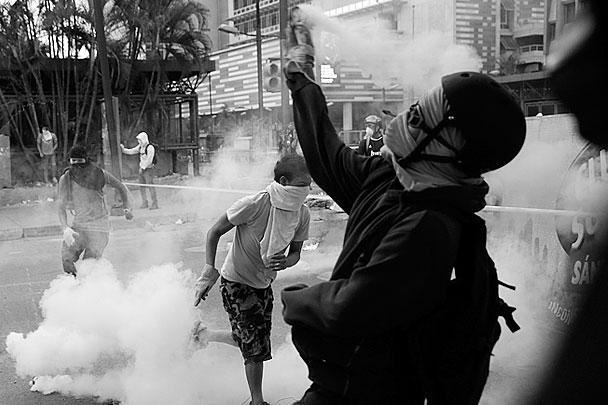 В столице Венесуэлы возобновились антиправительственные акции протеста, после того как президент страны Николас Мадуро объявил о разрыве дипломатических отношений с Панамой. В ходе столкновений между протестующими и военнослужащими из Национальной гвардии погибли 20 человек