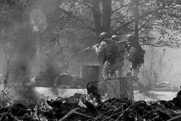 На фото – украинские силовики входят в Славянск. В ходе «спецоперации» уже погибли пять представителей ополчения, также ранение получил один сотрудник милиции, сообщили в МВД Украины. В ведомстве также добавили, что во время «спецоперации» уничтожены три сооруженных ополченцами блокпоста. Однако сами ополченцы утверждают, что бой идет лишь вокруг одного из блокпостов, а все остальные остаются под их контролем