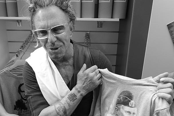 Голливудский актер Микки Рурк, купивший в столичном ГУМе футболку с портретом Путина и создавший тем самым немалый ажиотаж, пояснил журналистам, среди которых был и корреспондент газеты ВЗГЛЯД, что будет носить обновку, в том числе и в Америке. «Мне нравятся эти футболки. У меня шопинговое настроение, и никто не вправе мне указывать, что покупать», – сказал Рурк газете ВЗГЛЯД. Позднее он добавил по поводу Путина: «Мне нравится этот парень»