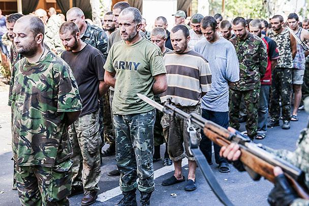 На площади Ленина в центре Донецка в День независимости Украины ополченцы организовали свой «парад», во время которого провели около сотни взятых в плен украинских военных