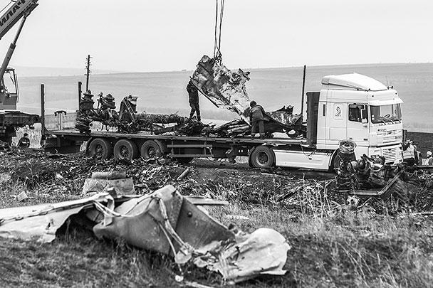 В воскресенье в Донецкой области начался активный сбор фрагментов малайзийского Boeing, потерпевшего здесь крушение летом. По оценке МЧС ДНР, этот процесс может занять еще до 10 дней. При этом среди обломков нашли новые человеческие останки