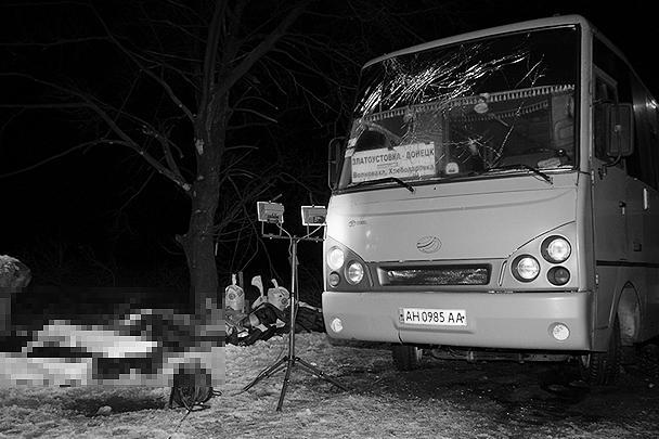 Рейсовый автобус попал под обстрел в районе Волновахи под Донецком. Погибли 12 человек, более десяти получили ранения. Украинские власти сразу заявили, что в автобус попал снаряд ополчения. В ДНР возражают, что не вели огонь в этом направлении, и полагают, что автобус был расстрелян с украинского блокпоста