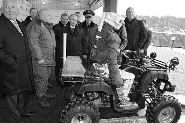 Владимир Путин посетил Центральный научно-исследовательский институт точного машиностроения, где ему показали боевого робота-аватара. Робот пятью выстрелами из пистолета поразил мишень и сделал круг на квадроцикле по автодрому