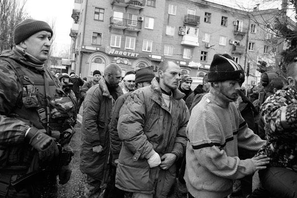 Ополченцы ДНР доставили на место обстрела троллейбусной остановки в Донецке пленных украинских военных, которые попросили у местных жителей прощения за ведение боевых действий в Донбассе