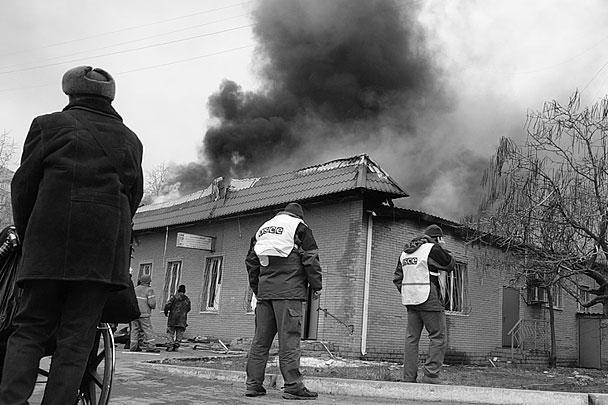 В субботу украинский город Мариуполь подвергся мощной ракетной атаке. По последним данным городских властей, погибли не менее 30 человек, ранения получили еще около 100. США и Евросоюз привычно винят во всем ополченцев и Россию, ополченцы и Москва в свою очередь отрицают свою причастность и просят привести доказательства
