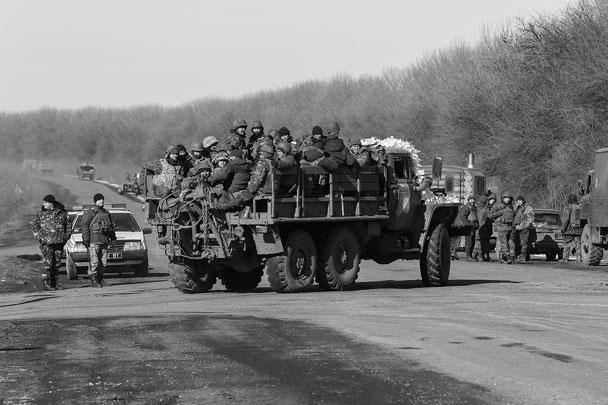На фото – подразделения украинской армии, выходящие из дебальцевского котла. Президент Украины заявляет, что «операция по выводу» проходит в плановом порядке, но по крайней мере в одном он прав: силовики, судя по фото, действительно выходят вместе с техникой и оружием
