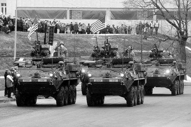Натовские военные организовали в эстонском городе Нарве, буквально в 300 метрах от границы с Россией, военный парад. По мнению журналистов американской газеты The Washington Post, он стал уже своеобразным символом конфронтации между Россией и Западом