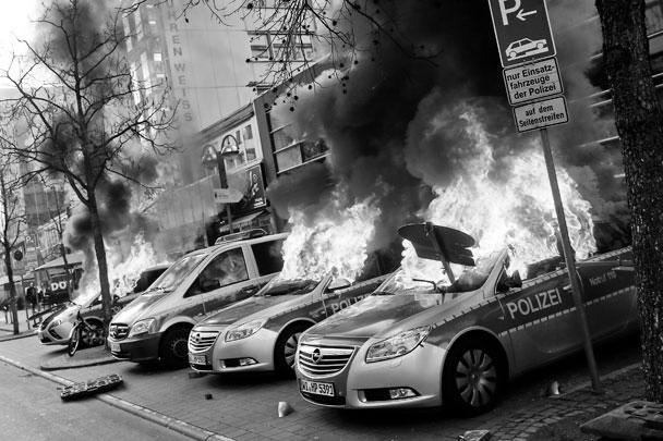 Акция протеста против политики Европейского Центробанка в немецком Франкфурте-на Майне обернулась массовыми беспорядками. В центре города горят автомобили, полиция применяет гранаты со слезоточивым газом  и водометы. В ходе столкновений есть десятки пострадавших с обеих сторон
