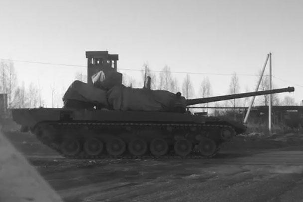 Российские интернет-пользователи сфотографировали и выложили в Сеть новейший российский танк «Армата», который еще ни разу не представляли широкой публике. Накрытая брезентом машина следовала своим ходом в Алабино на репетицию парада в сопровождении автомобиля военной автоинспекции