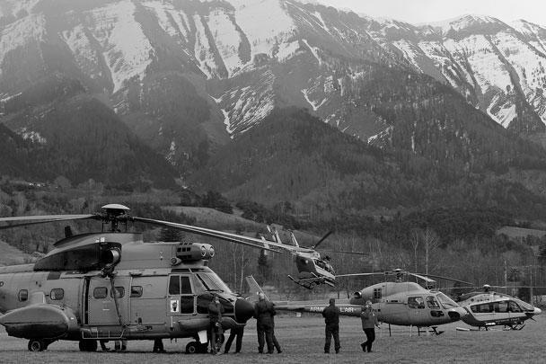Появились первые фотографии работы спасателей на месте катастрофы А320 во Франции. Вертолеты далеко не с первой попытки смогли приземлиться на месте крушения, и это не единственная сложность, которая ожидает экстренные службы