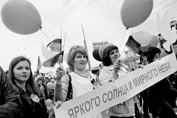 Приуроченный к годовщине проведения референдума о самоопределении парад прошел в понедельник в Донецке. В мероприятии приняли участие более 30 тыс. человек, также присутствовали первые лица республики. Это первое шествие такого масштаба в городе