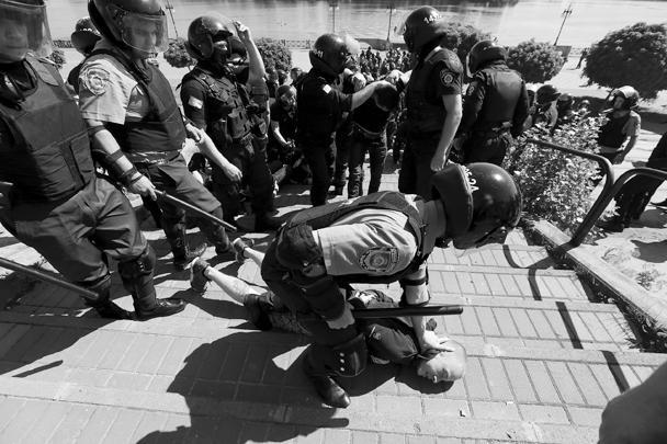 Марш сексуальных меньшинств в Киеве пришлось завершить досрочно из-за драки между ЛГБТ-активистами и сторонниками правоэкстремистской группировки «Правый сектор», запрещенной в России. Жертвами потасовки стали девять милиционеров, пытавшихся разнять геев и националистов. Более двух десятков правых активистов было задержано