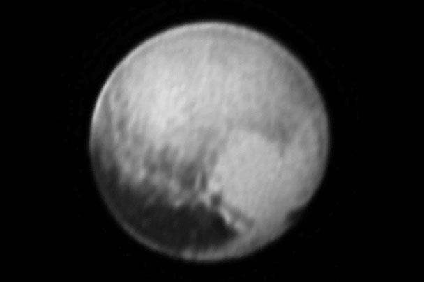 Космический зонд New Horizons 8 июля передал наиболее качественную на настоящий момент фотографию Плутона. В правой нижней части снимка хорошо видно светлое пятно в форме сердца. Плутон является самым крупным из всех объектов в поясе Койпера, известных астрономам. Он был открыт в 1930 году американским ученым Клайдом Томбо и считался полноценной девятой планетой Солнечной системы до тех пор, пока в 2006 году Международный астрономический конгресс после долгих дебатов не объявил его планетой-карликом. Диаметр Плутона – около 3 тыс. км, в то время как диаметр Луны равен примерно 3,5 тыс. км