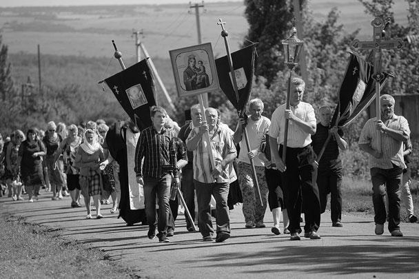 В непризнанной Донецкой народной республике прошли траурные мероприятия, посвященные годовщине трагедии рейса МН17, в результате которого погибли почти триста человек. После церковной службы местные жители прошли крестным ходом к месту крушения