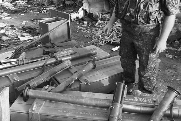При разборе завалов в аэропорту Луганска был обнаружен склад с боеприпасами, стрелковым и тяжелым вооружением, в том числе производства США. В частности, ПЗРК «Стингер». Официально США оказывают военную помощь Украине только в виде обмундирования и оборудования, а не летального вооружения. Все оружие конфисковали сотрудники МВД Луганской народной республики