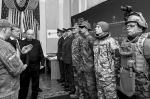 В украинском минобороны президенту Петру Порошенко показали новую форму для вооруженных сил страны. Порошенко опубликовал в своем «Фейсбуке» фотографии, которые вызвали бурю восторга у украинских патриотов