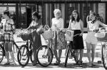 В московском парке «Сокольники» в субботу был организован велопарад «Леди на велосипеде». Причем девушки не просто крутили педали, но и перевоплотились в известных кинодив прошлого: Мэрилин Монро, Марлен Дитрих и других