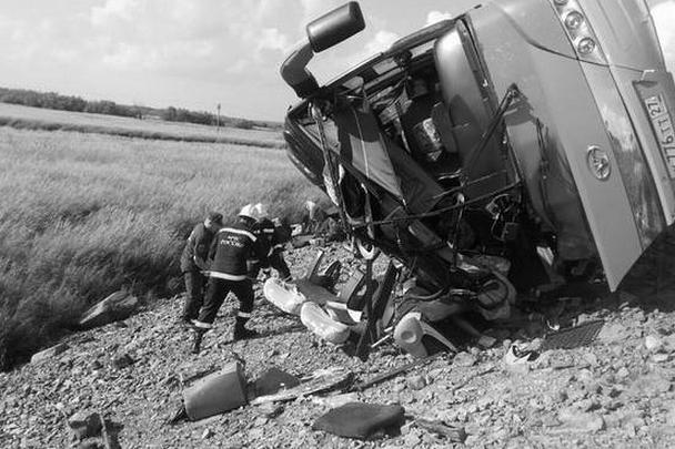 Столкновение двух пассажирских автобусов произошло на 125-м километре трассы Хабаровск – Комсомольск-на-Амуре в районе озера Гасси. 16 человек погибли, пострадали более 60. По предварительным данным, авария случилась из-за выезда на встречную полосу