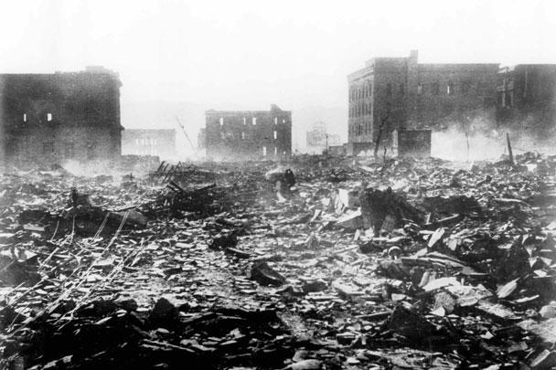 В августе 1945 года американские пилоты сбросили атомные бомбы на Хиросиму и Нагасаки. В результате бессмысленных ударов погибло более 250 тысяч человек, в основном мирные жители. Утром 6 августа 1945 года американский бомбардировщик Enola Gay сбросил на  Хиросиму атомную бомбу «Малыш». Три дня спустя, 9 августа 1945-го, атомная бомба «Толстяк» была сброшена на город Нагасаки с бомбардировщика Bockscar. Так выглядел город Хиросима сразу после бомбежки