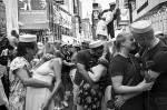 В Нью-Йорке на центральной площади Таймс-сквер в субботу собрались сотни пар, чтобы повторить знаменитый поцелуй моряка и медсестры, запечатленный фотографом Альфредом Эйзенштадтом в день победы над Японией