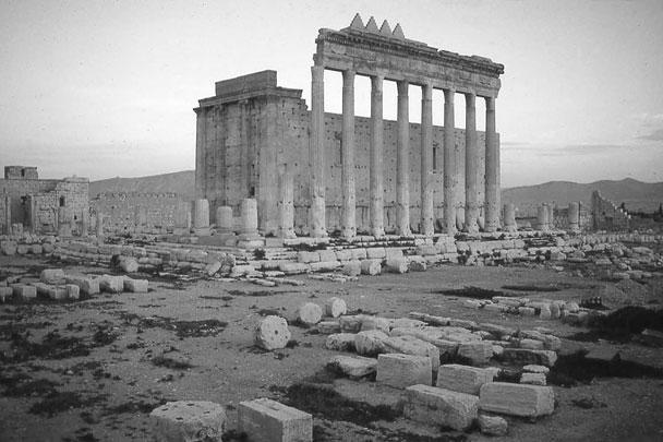 Так выглядел храм Бэла в древней Пальмире в Сирии, построенный во времена Римской империи. Теперь на этом месте лишь груды обломков – фанатики из террористической группировки «Исламское государство» 30 августа разрушили памятник