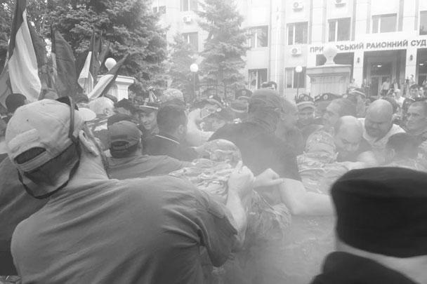Члены украинских националистических организаций устроили беспорядки у здания одного из одесских судов, который принимал решение об аресте задержанного лидера одесского отделения «Правого сектора»