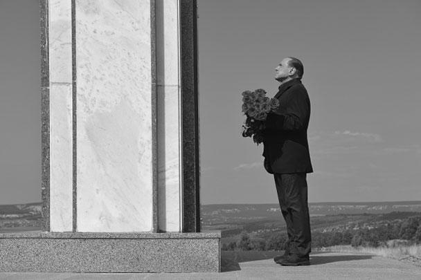 Экс-премьер-министр Италии Сильвио Берлускони приехал в Крым. Перед встречей с президентом России Владимиром Путиным он возложил цветы у мемориала в честь погибших в Крымской войне солдат Сардинского королевства