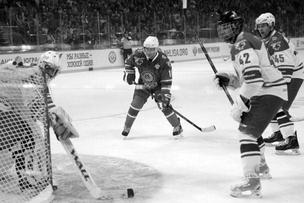 Президент России Владимир Путин оригинально отметил свой 63-й день рождения: забросил семь шайб в ворота противника в составе команды «Звезды НХЛ» в гала-матче Ночной хоккейной лиги