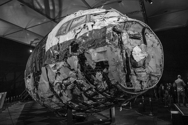Совет безопасности Нидерландов представил доклад с реконструкцией крушения малайзийского «Боинга» на Украине. По данным Нидерландов, воздушное судно было сбито из установки «Бук». Обломки самолета ради реконструкции надели на специальный каркас