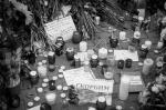 Триколор стал знаком скорби по всему миру. В цвета флага Франции, которая пережила крупнейшую за всю свою историю террористическую атаку, потеряв порядка 140 человек, окрасились даже здания. В Москве и многих других городах к посольствам Франции несут цветы и свечи