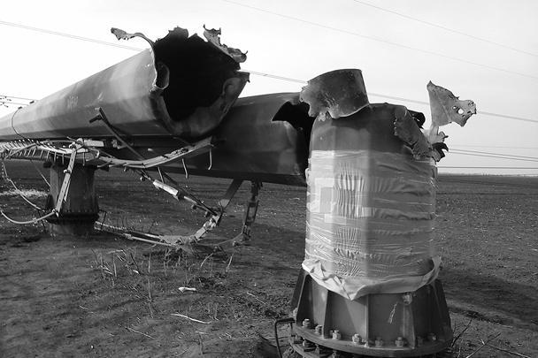 Из-за подрыва неизвестными четырех опор ЛЭП в Херсонской области Украины в Крыму остались без света почти 1,5 млн человек. На Украине также обесточены несколько районов, инцидент привел к аварийной разгрузке двух украинских АЭС