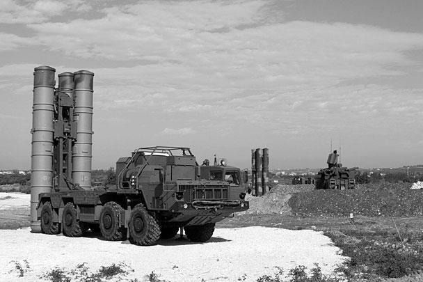 Уже через сутки после приказа Верховного главнокомандующего комплексы С-400 были доставлены в Сирию и встали на боевое дежурство. Минобороны опубликовало фотографии этих новейших ЗРК, уже находящихся в районе авиабазы Хмеймим
