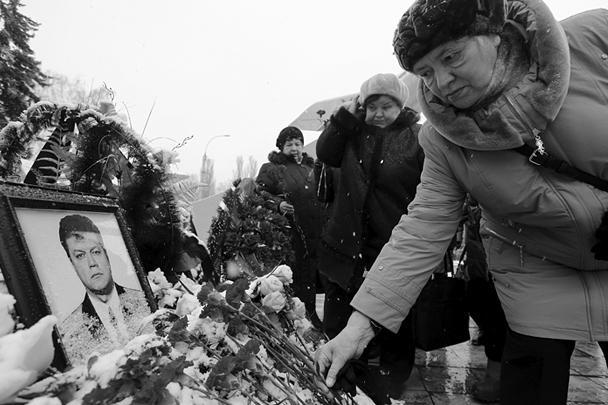 Гражданская панихида по погибшему в Сирии Герою России летчику Олегу Пешкову прошла у него на родине – в липецком Центре культуры и народного творчества. Проститься с ним пришли больше 5 тыс. человек